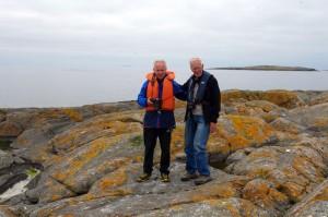 Petter (t.v) og Reidar (t.h), på Legeren, med utsikt mot Sklinna.